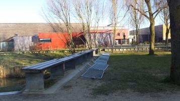 Barrières mobiles qui ne sécurisent pas l'accès aux bancs en bois
